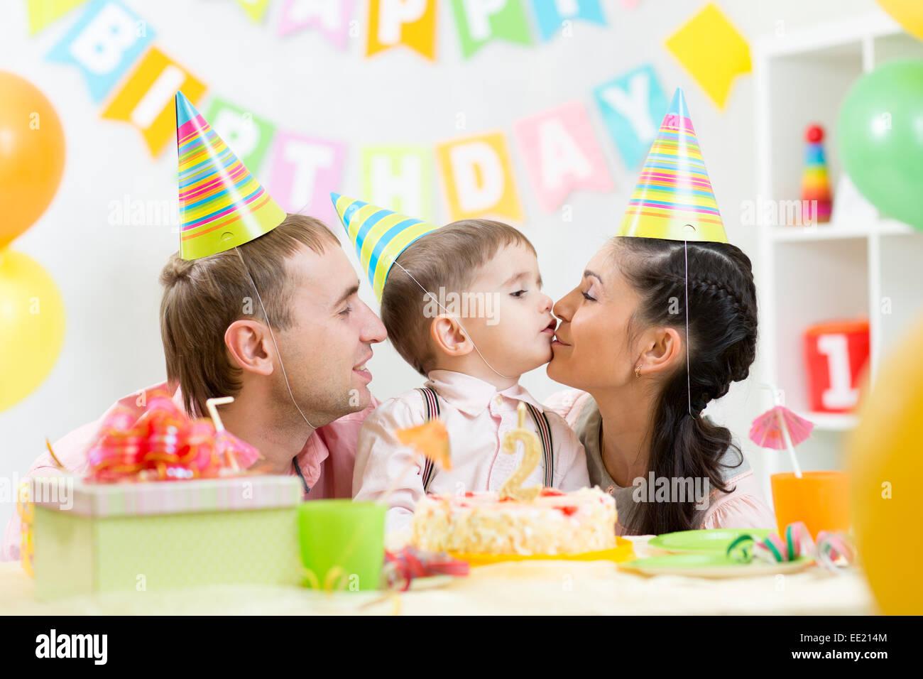Eltern Kussen Ihren Sohn Feiert Geburtstag Stockfoto Bild 77491476