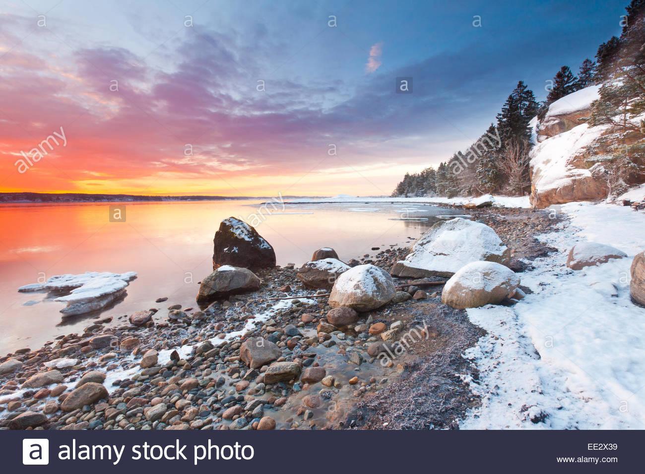 Winter-Sonnenaufgang am Ofen in Råde Kommune, Østfold Fylke, Norwegen. Stockbild
