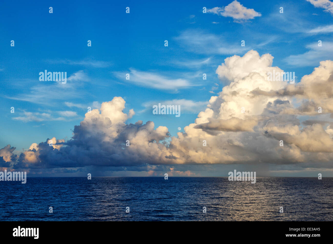 Wolken über dem Ozean Stockbild