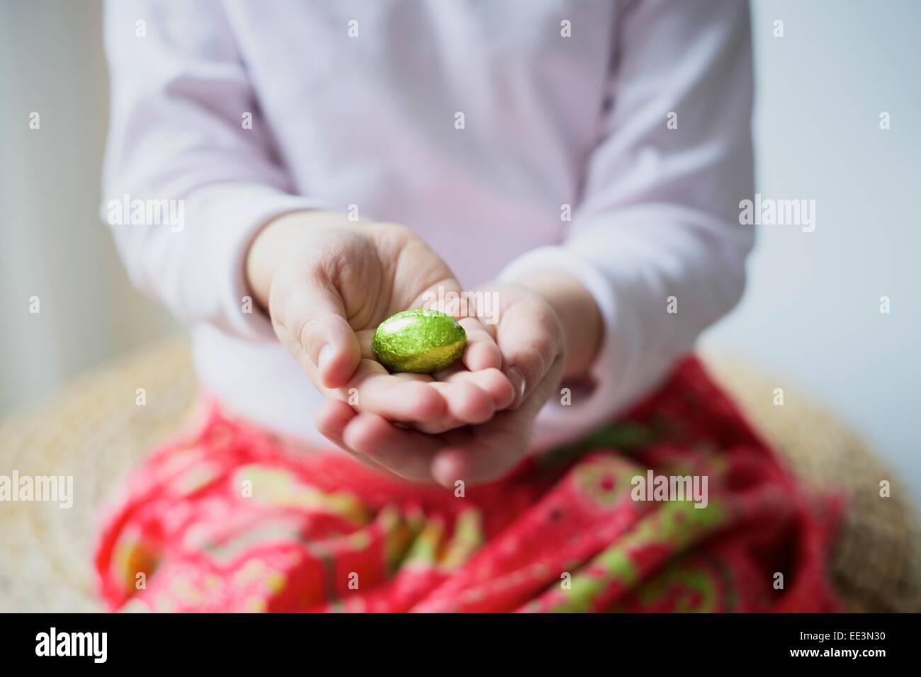 Liitle Mädchen sammeln Ostereier, close-up Stockbild