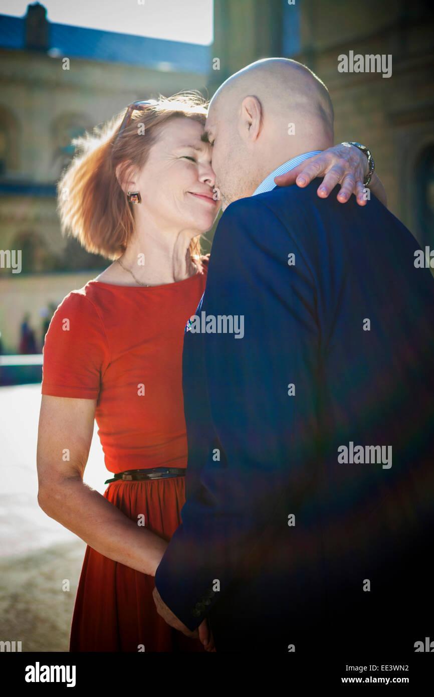 Älteres paar umarmt glücklich, München, Bayern, Deutschland Stockbild