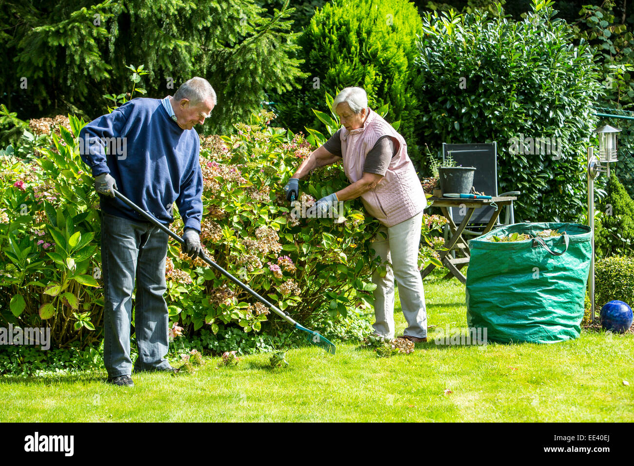 Elderly stockfotos elderly bilder alamy for Garten arbeiten