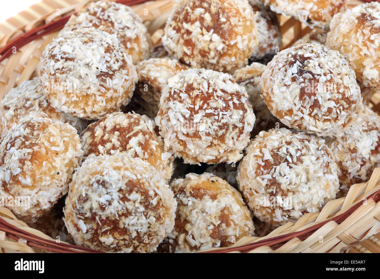 Kleine russische Kuchen mit Kokos-Teilchen bedeckt Stockbild