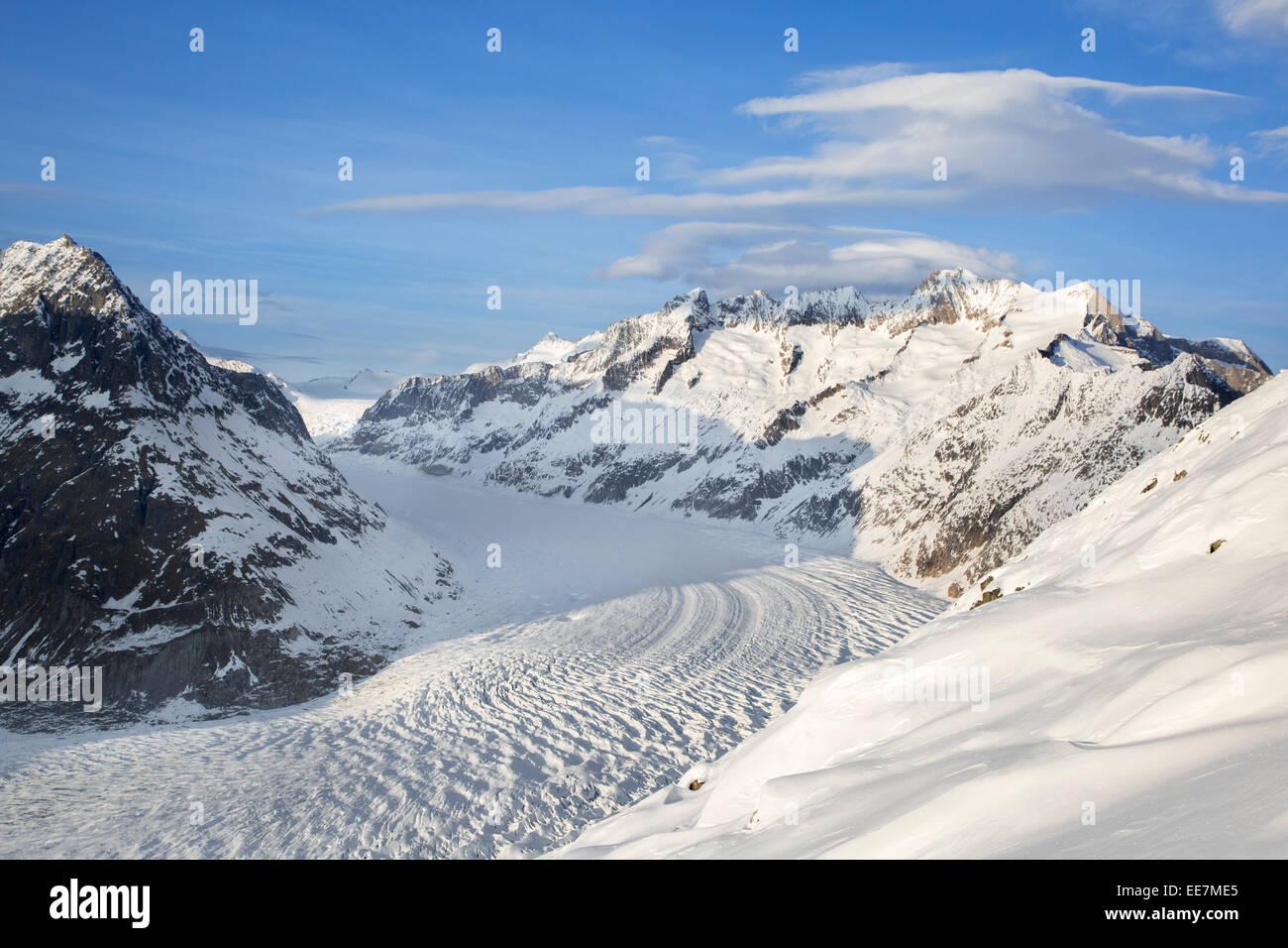 Blick über die schneebedeckten Berge im Winter rund um die Schweizer Aletschgletscher, der größte Stockbild