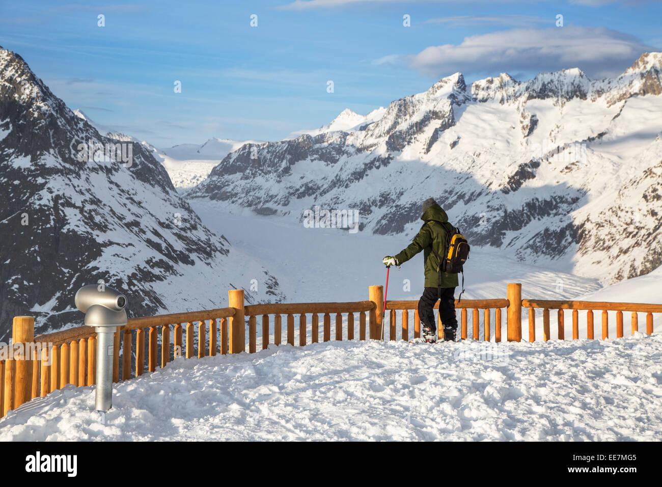 Touristen in den Schnee, der Blick auf die Berge im Winter rund um den Schweizer Aletschgletscher, größte Stockbild