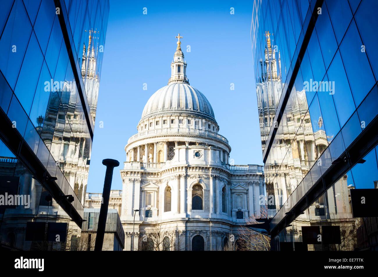Die St Paul's Kathedrale, spiegelt sich in dem Glas von einem neuen Einkaufszentrum. Stadt von London, Großbritannien Stockbild