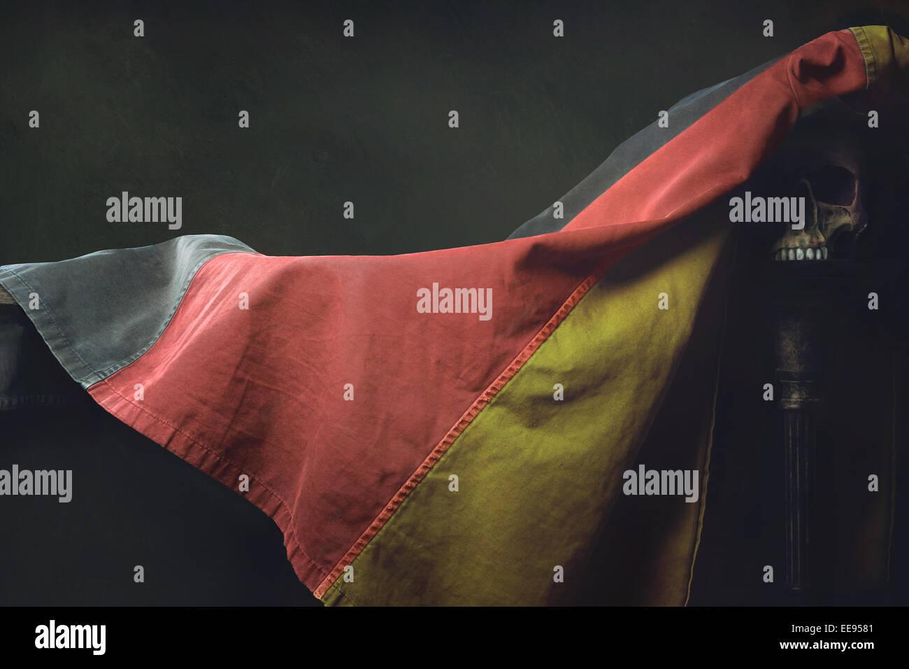Vanitas der deutschen Flagge mit Totenkopf Stockbild