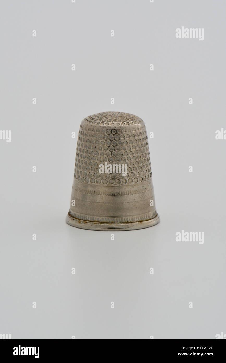 Nahaufnahme von Silber Metall Fingerhut vor weißem Hintergrund Stockbild