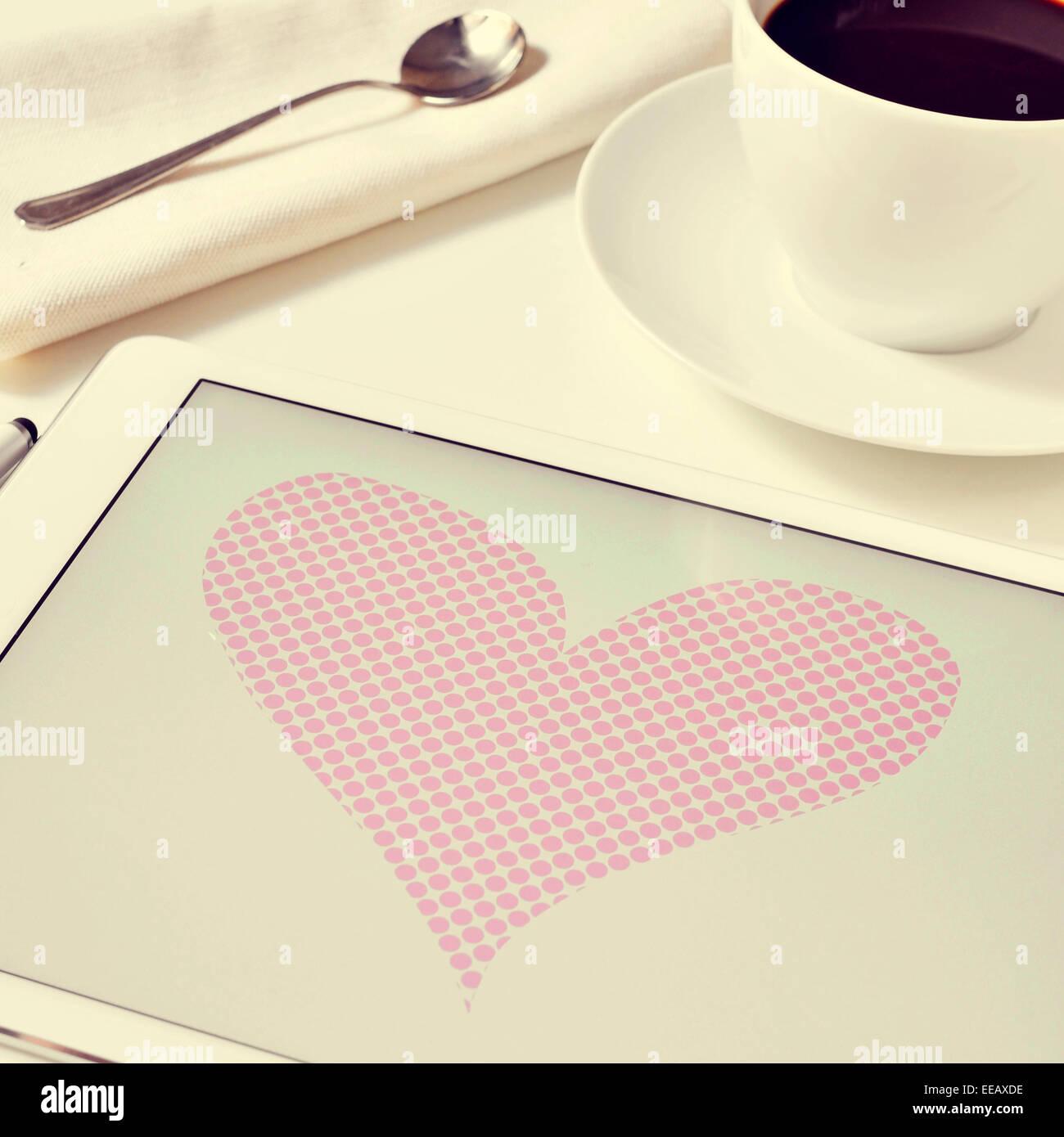 ein Herz, gezeichnet in einem Grafik-Editor eines Tablet-PCs auf einen Tisch für das Frühstück Stockbild