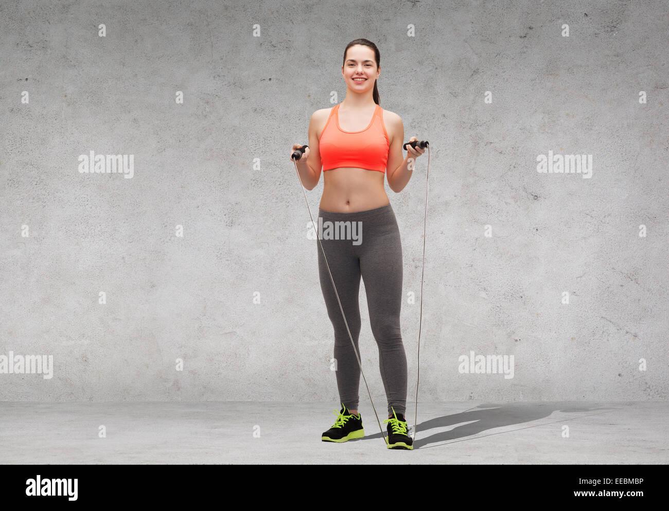 sportliche Frau mit Springseil Stockbild