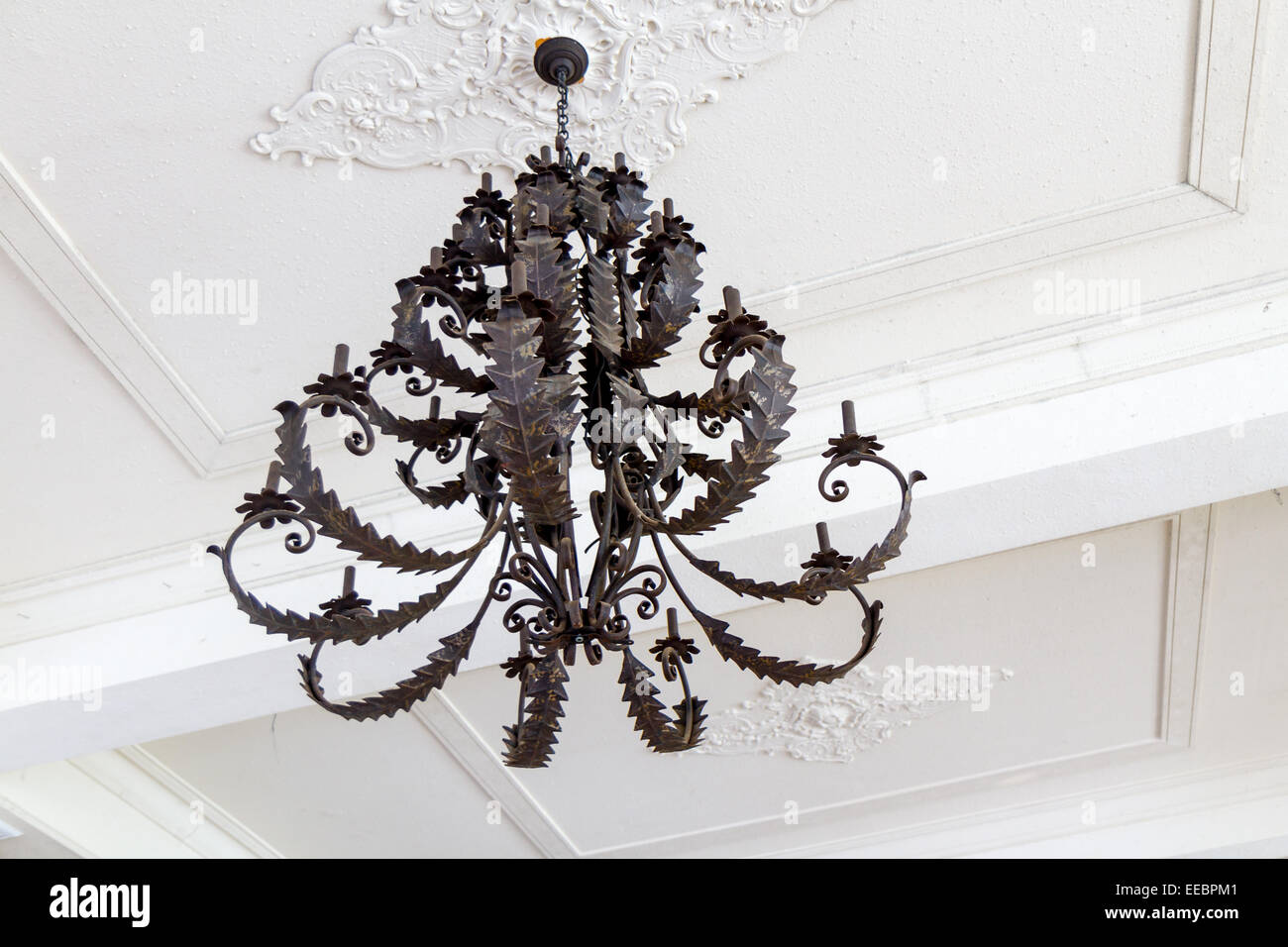 Kronleuchter Metall Für Kerzen ~ Vintage schwarze kerze halten von weißen decke hängen kronleuchter