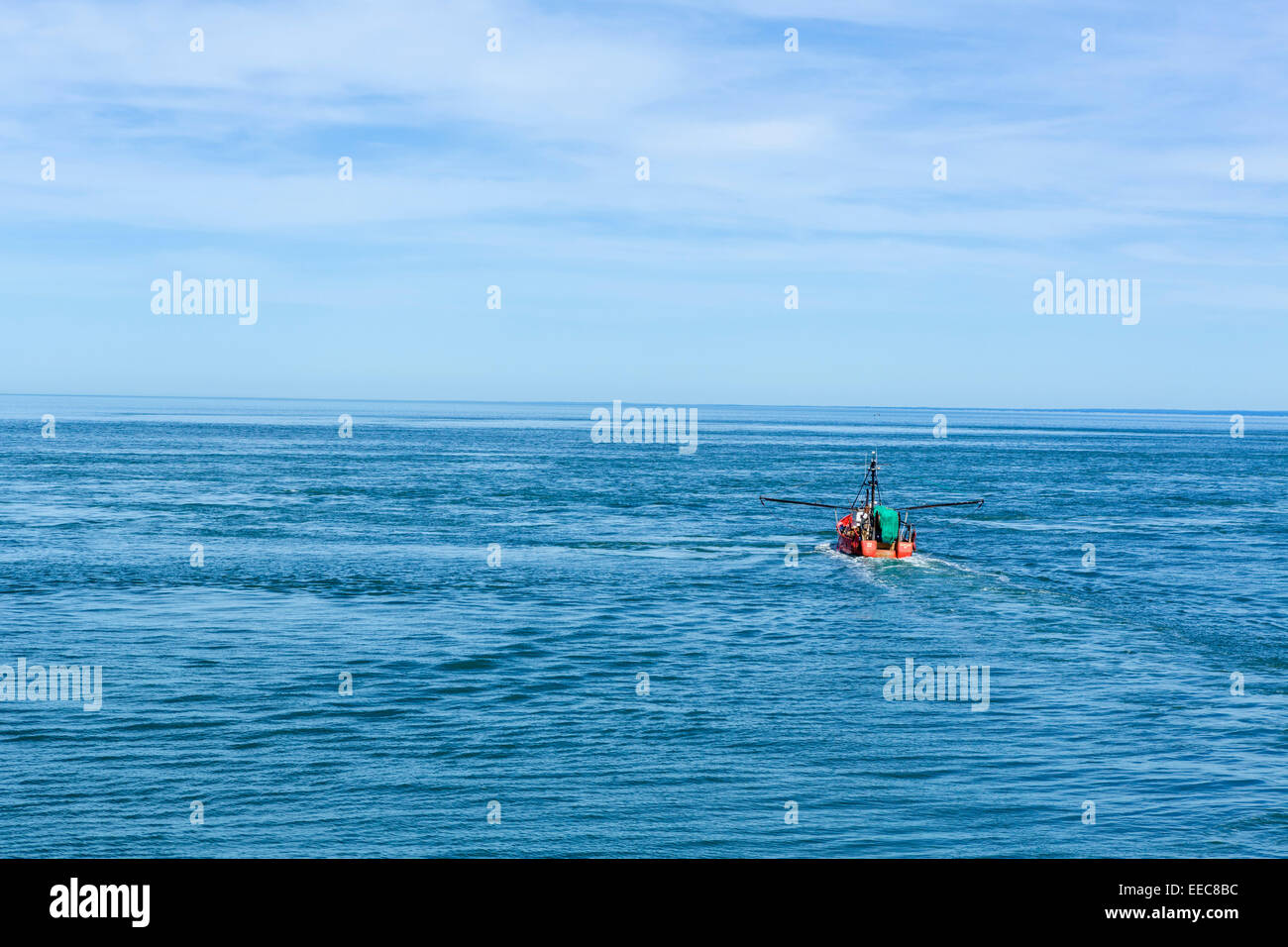 Angelboot/Fischerboot im Long Island Sound vom Deck des Cross Sound Ferry, Nordosten der USA angesehen Stockbild
