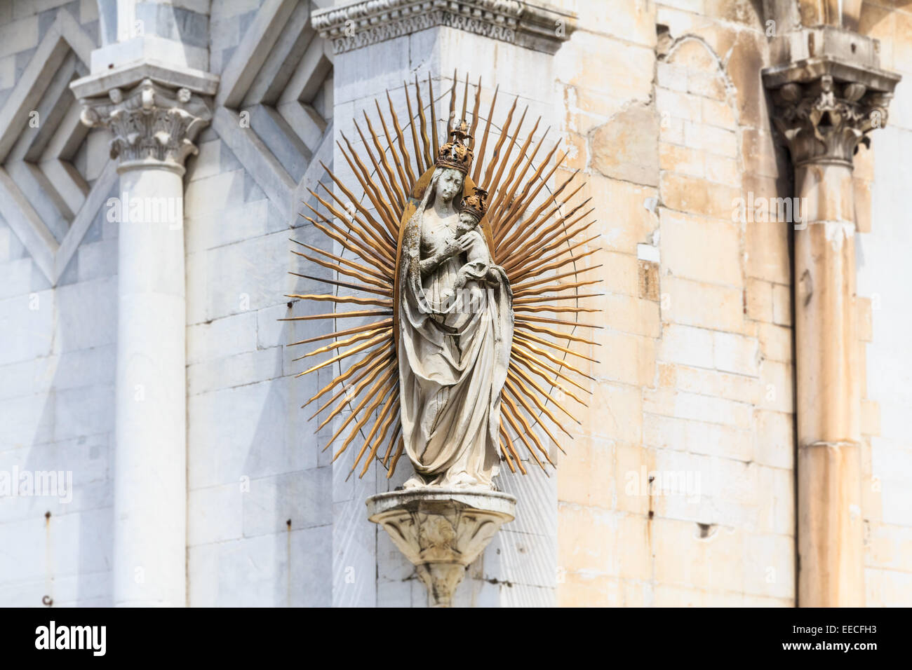 Madonna / Maria-Skulptur mit Aureola an der Fassade des Luccas Kuppel namens San Michele in Foro, Italien Stockbild