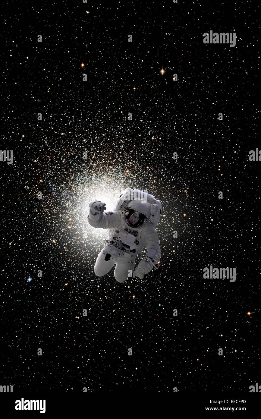Künstlers Konzept eines Astronauten im Weltraum schweben. Das Zentrum einer großen Cluster-Galaxie ist Stockbild