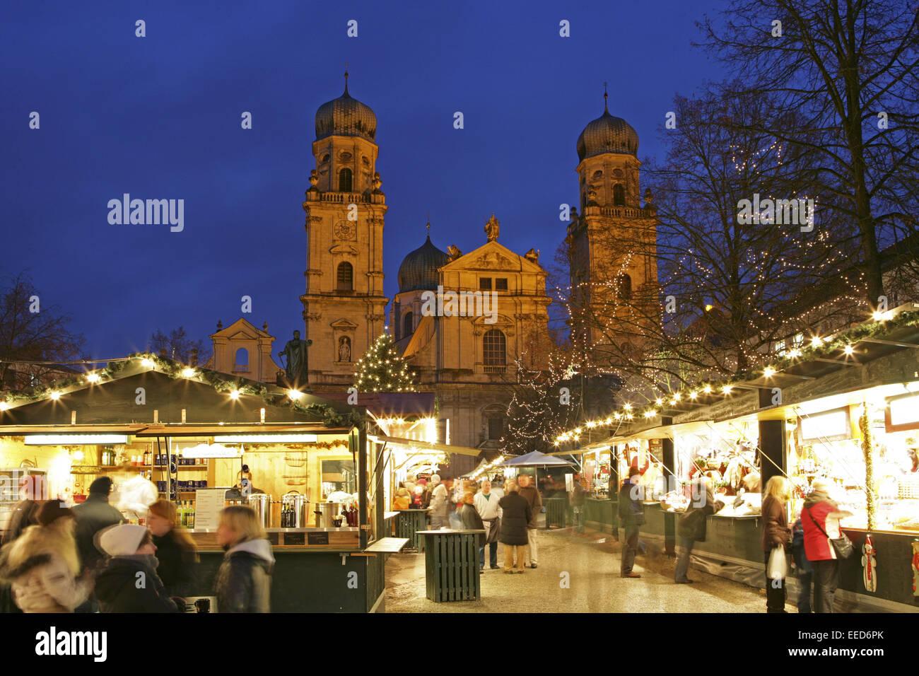 Deutschland, Bayern, Passau, Domplatz, Passauer, Dom, Weihnachtsmarkt, Abend, Europa, Sueddeutschland, Süddeutschland, Stockbild