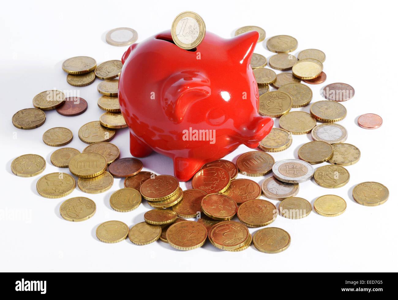 Roten Sparschwein umgeben von Münzen Stockbild
