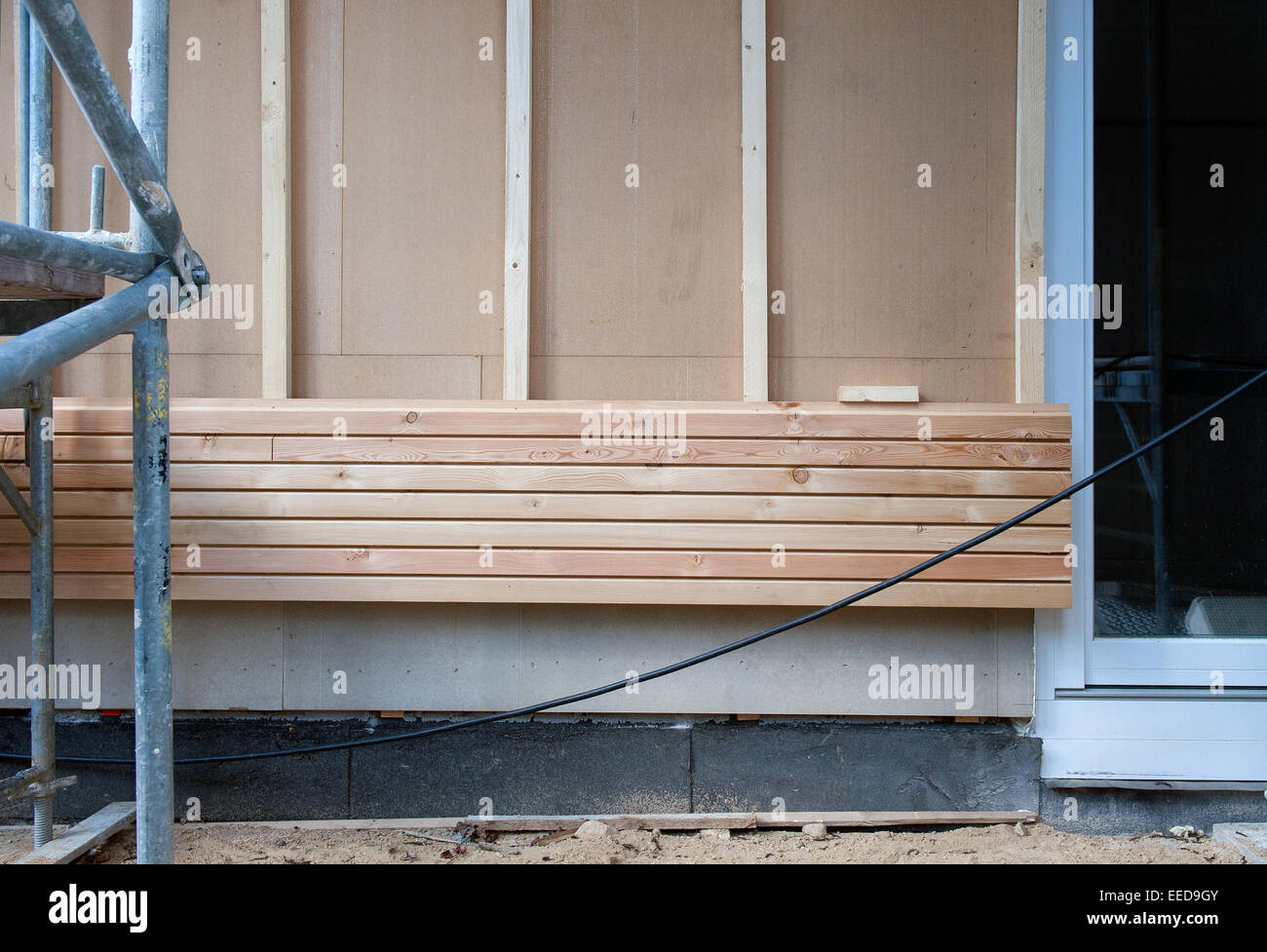 berlin, deutschland, holz verkleidung einer außenwand stockfoto