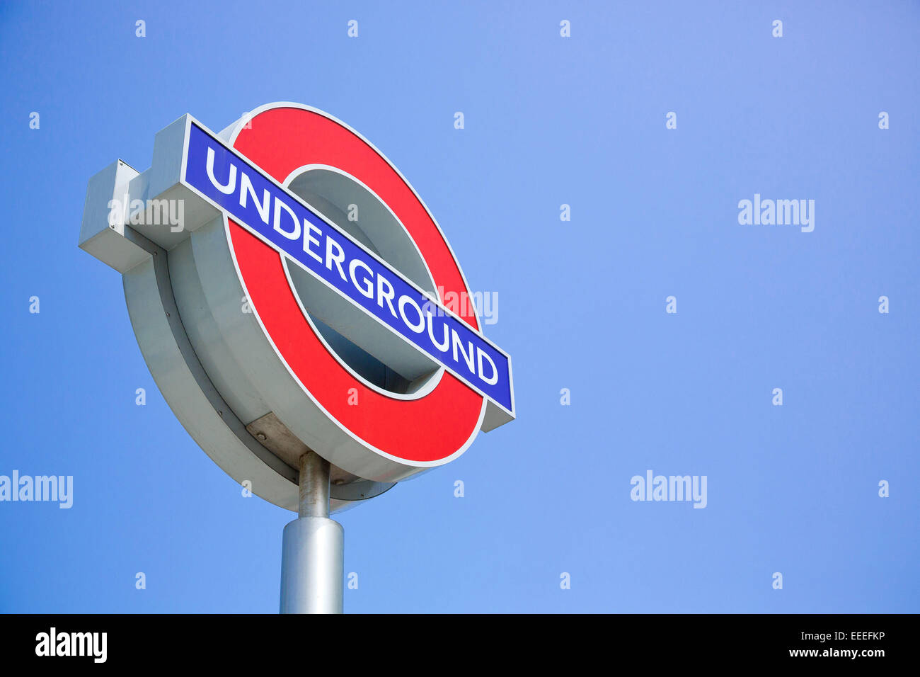 Londoner U-Bahn-Logo-Zeichen vor einem blauen Himmel Stockbild