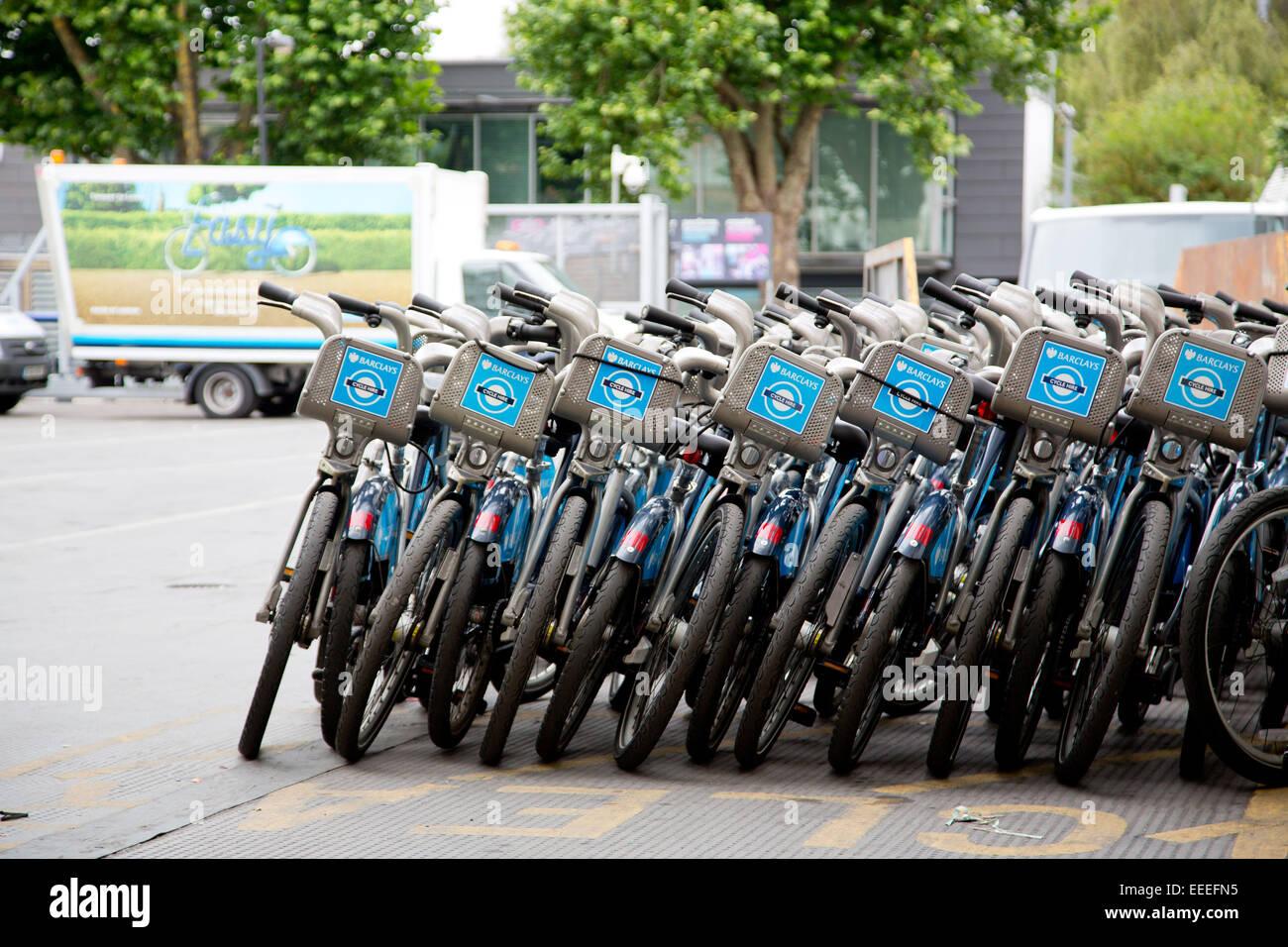 Stapel von reparierten Zyklus mieten Fahrräder bei Penton Straße depot Stockbild