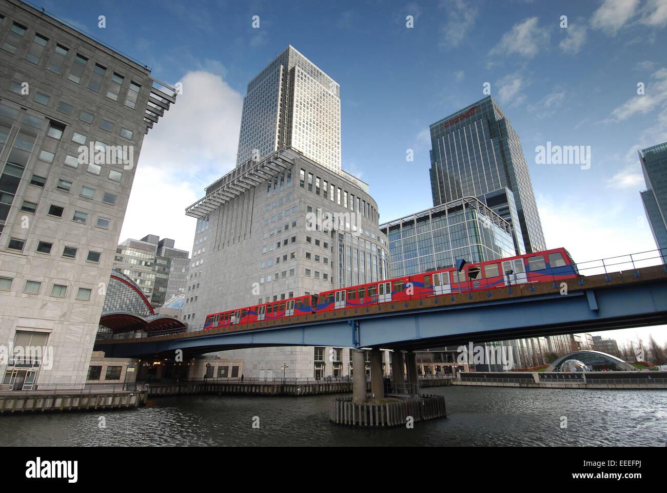 DLR auf Eisenbahnbrücke in den Docklands trainieren Stockbild