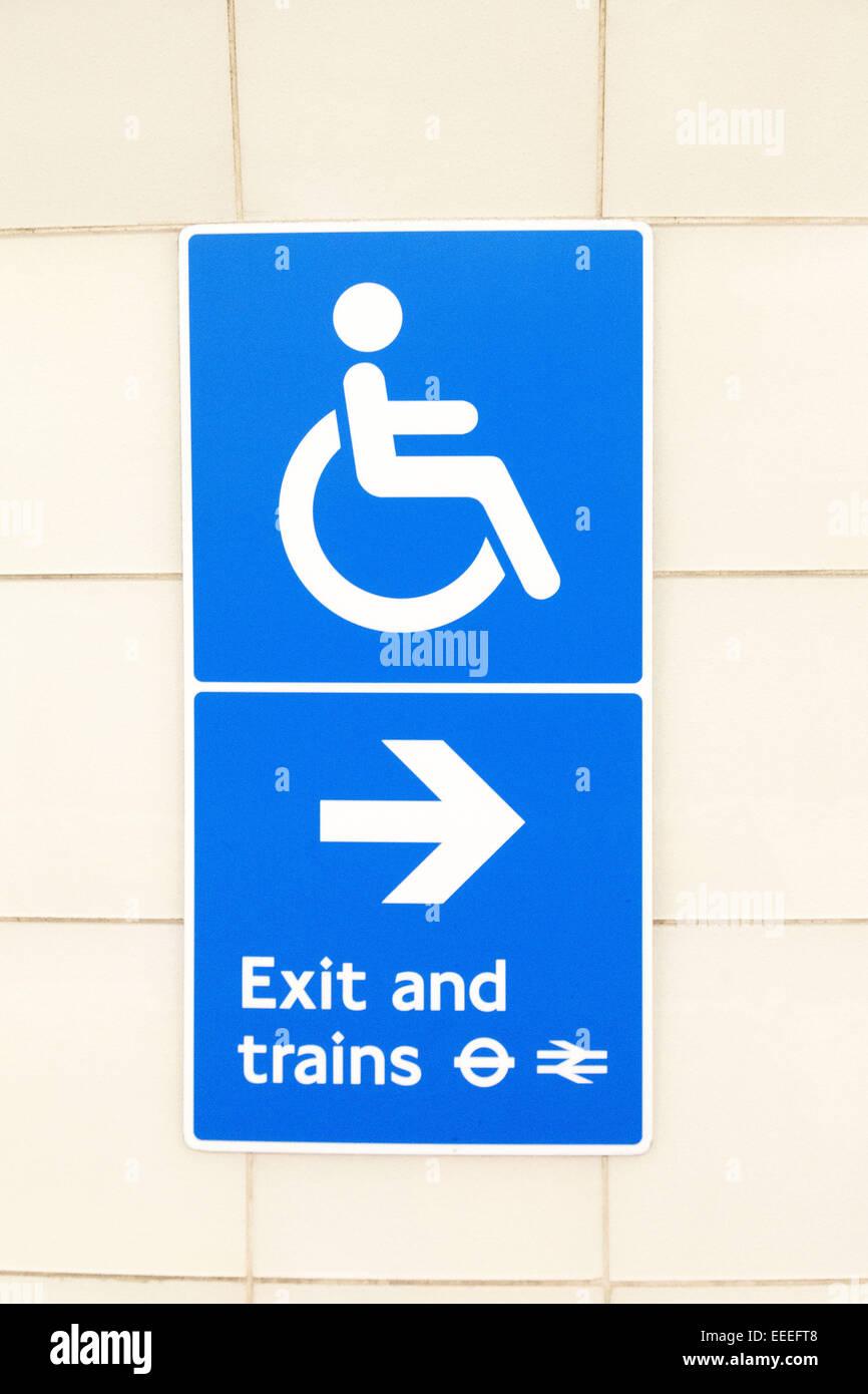 Zugänglichkeit-Signage in Kings Cross St. Pancras u-Bahnstation Stockbild