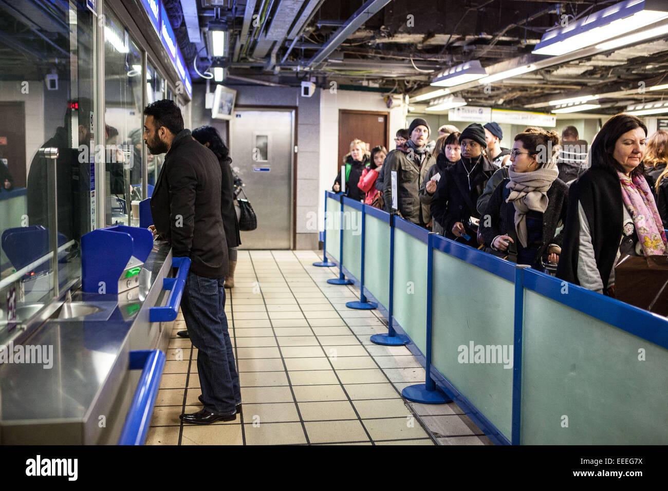 Hilfe bei einer Londoner U-Bahn Ticket office Stockbild