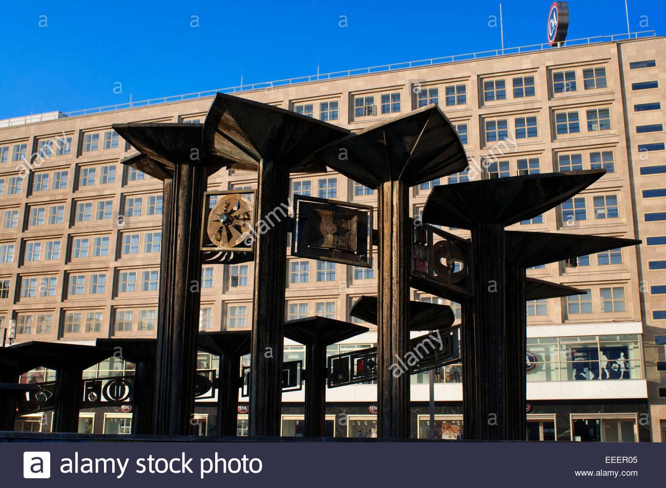 Berlin Alexanderplatz Brunnen nun sagt Speicher steht nie still Young. Stockbild