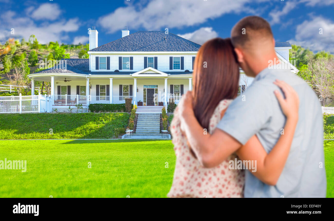 Liebevolle militärische paar schönes neues Haus betrachten. Stockbild