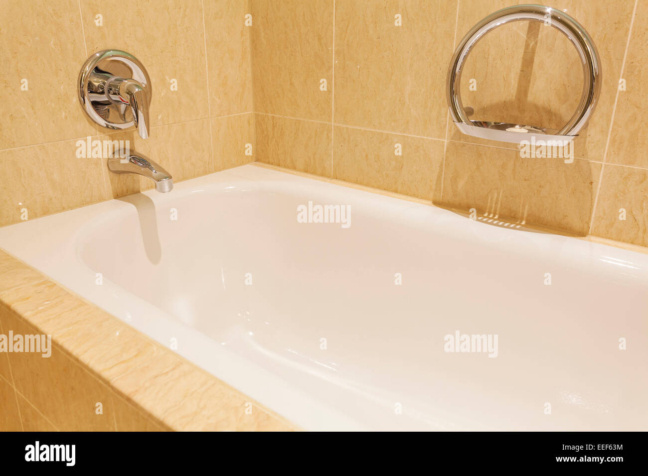 Badewanne in einem luxuriösen Hotelzimmer Stockbild