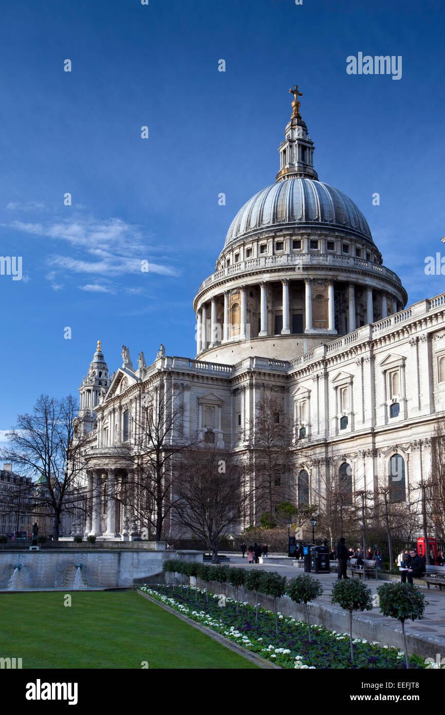 London, England, Januar 2015 ein Hochformat der Fußgänger zu Fuß Ourside St Pauls Cathedral im Winter. Stockbild