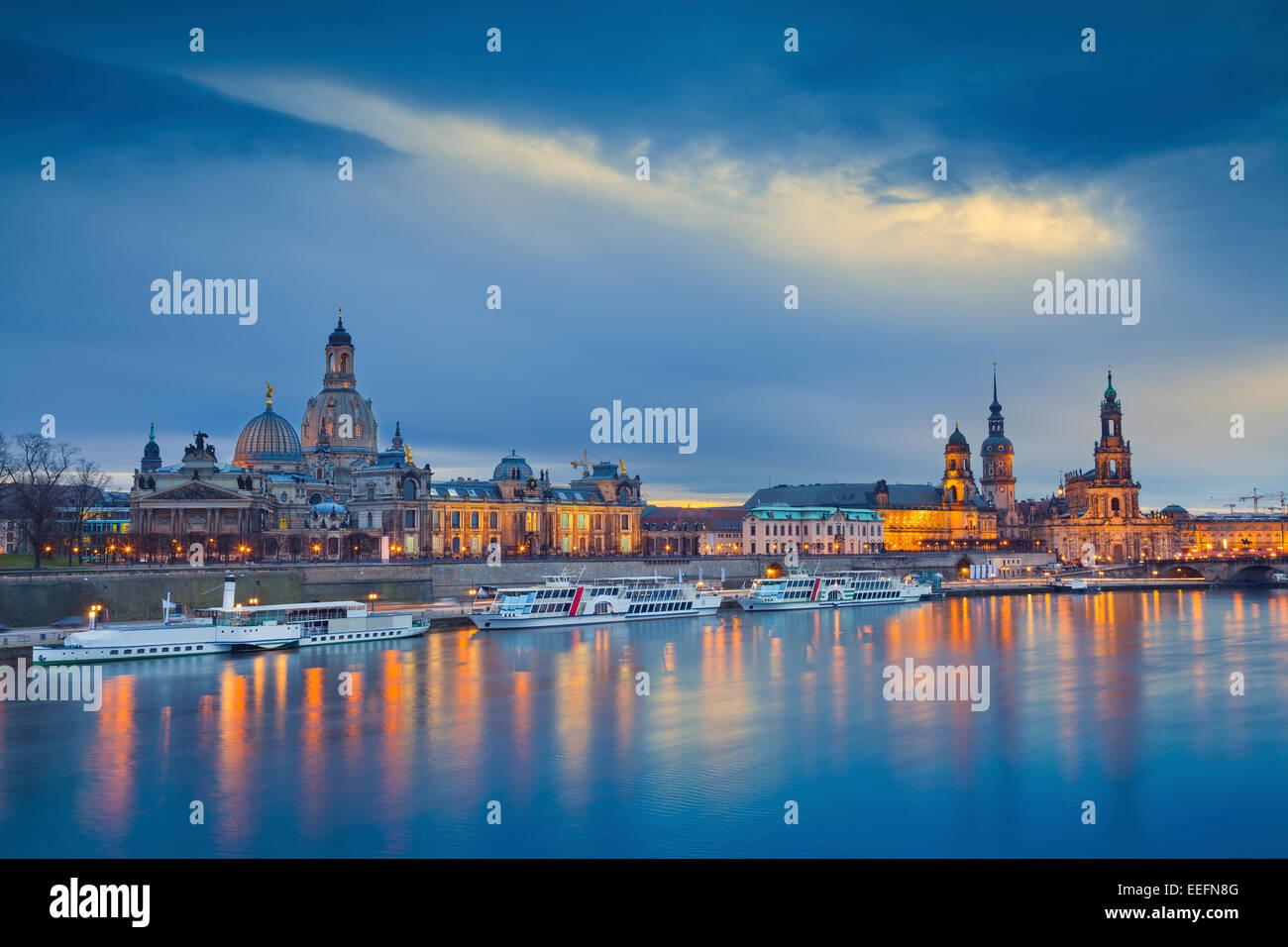 Dresden. Bild von Dresden, Deutschland während der blauen Dämmerstunde mit Elbe Fluss im Vordergrund. Stockbild