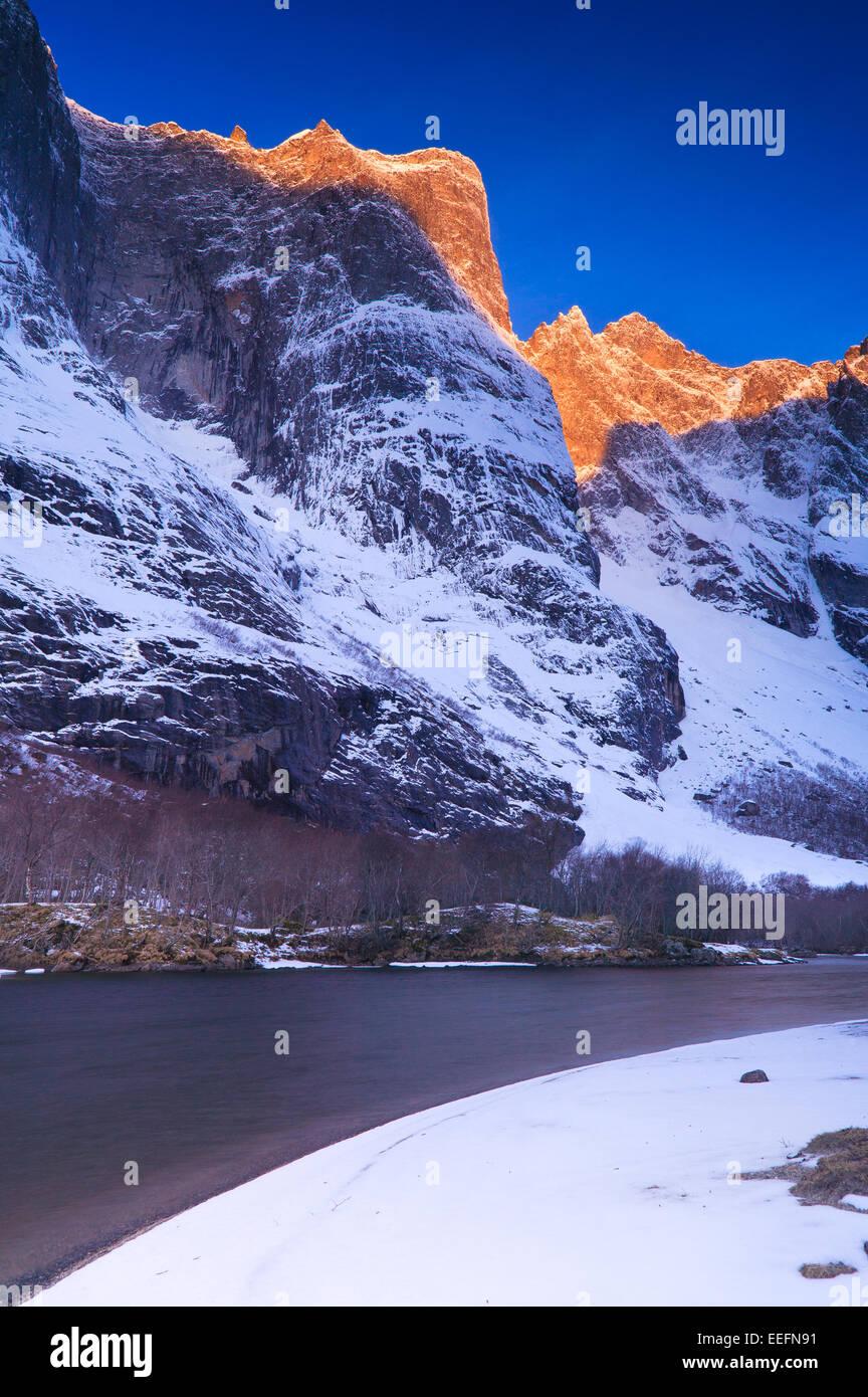 Ersten Licht auf die Gipfel über dem Talboden im Tal Romsdalen, Østfold fylke, Norwegen. Stockbild