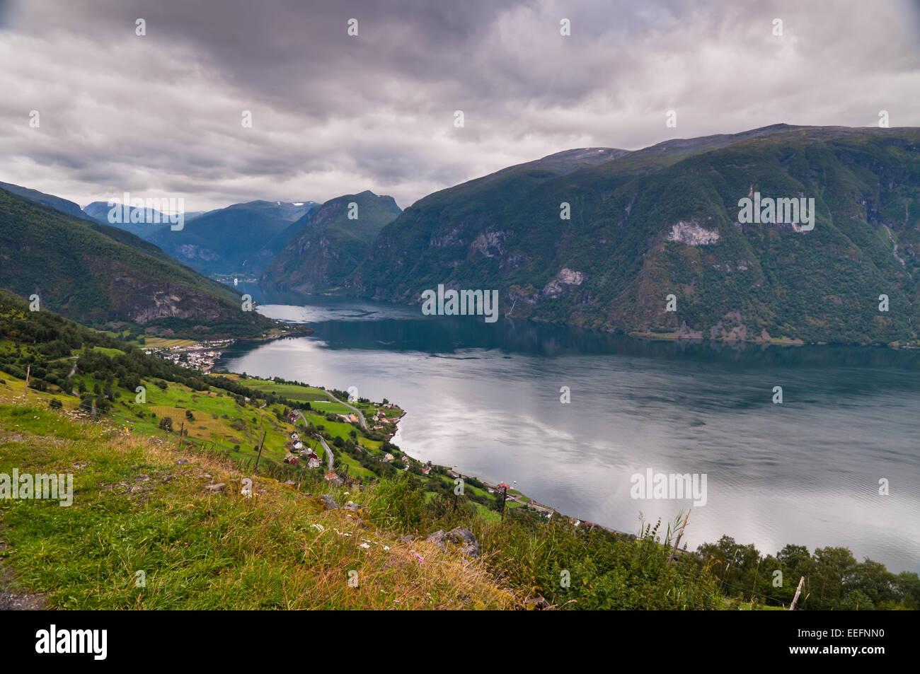 Blick auf Aurland bei bewölktem Wetter, Norwegen Stockbild