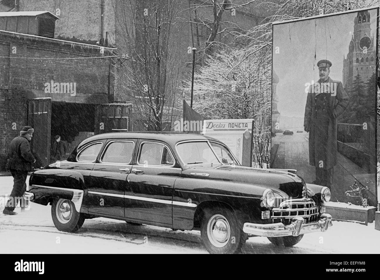 ZIM Auto stand in der Nähe ein Plakat mit einem Wert von Stalin. Militärischen Werft in Kiew. 1954. Stockfoto