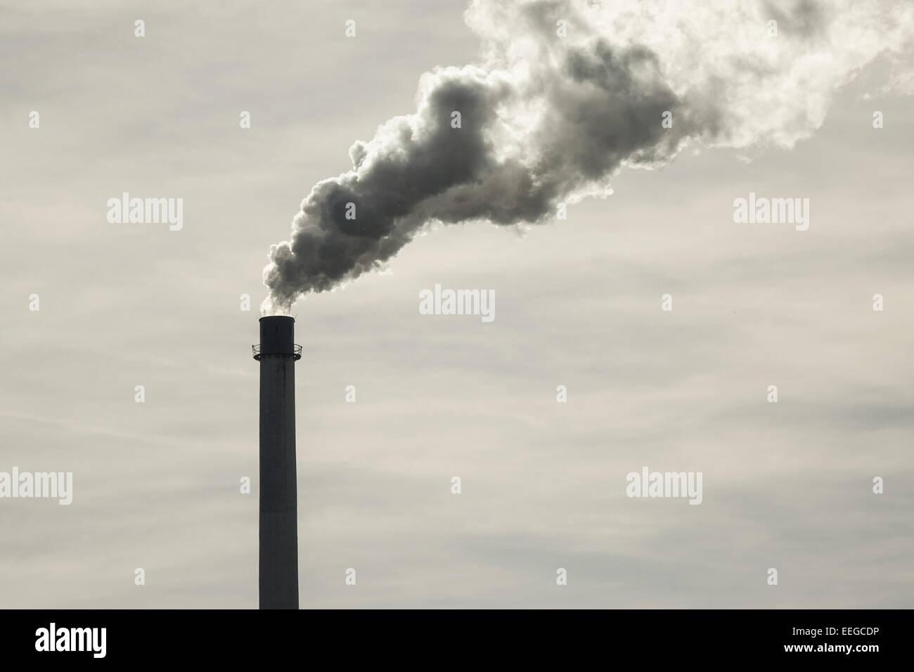Rauchender Fabrikschornstein, Rauchen Fabrikschlot, Emissionen, CO2, Erderwärmung, Schmiede, Fabrik, Fabriken, Stockbild