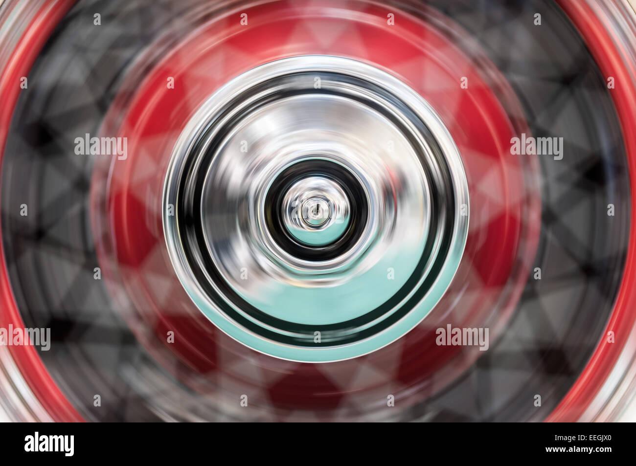 Schnell drehende Rad eines Autos. Bewegungsunschärfe und hoher Geschwindigkeit. Stockbild
