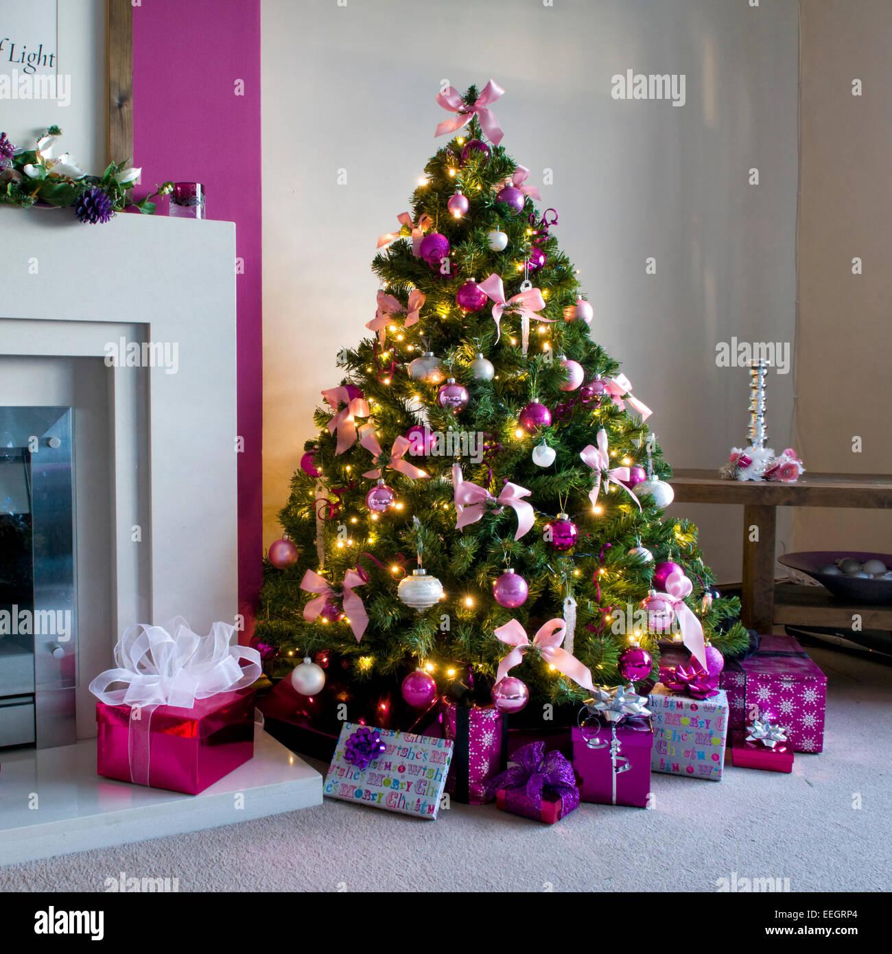 Rosa Weihnachtsbaum.Geschmückter Weihnachtsbaum In Rosa Und Weißen Design Stockfoto
