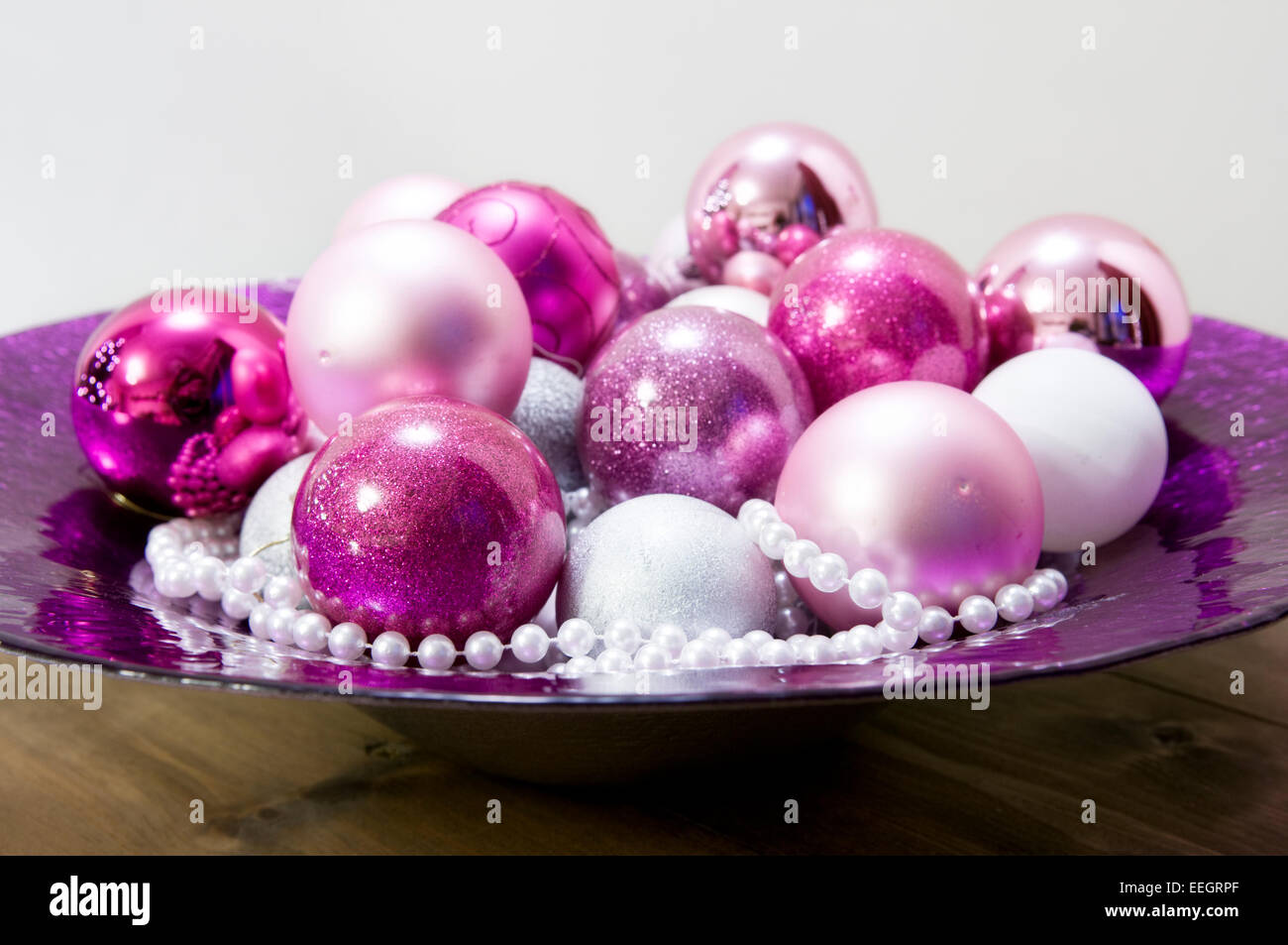 Pink purple christmas baubles close stockfotos pink purple christmas baubles close bilder alamy - Christbaumkugeln lila ...