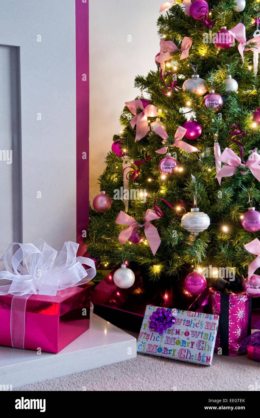 Rosa Weihnachtsbaum.Nahaufnahme Der Weihnachtsbaum Geschmückt In Rosa Und Weißen Design