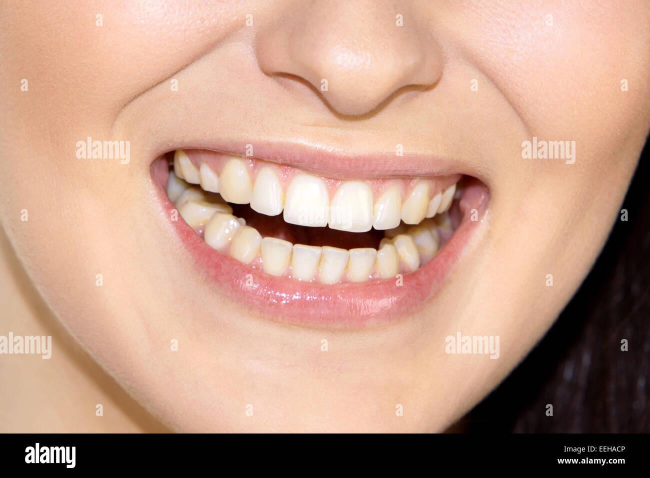 Frau, Jung, Laecheln, Detail, Munder, Nahaufnahme, Innen, Zahn, Zaehne, Lippen, angetreten, Schoenheit, Schönheit, Stockbild