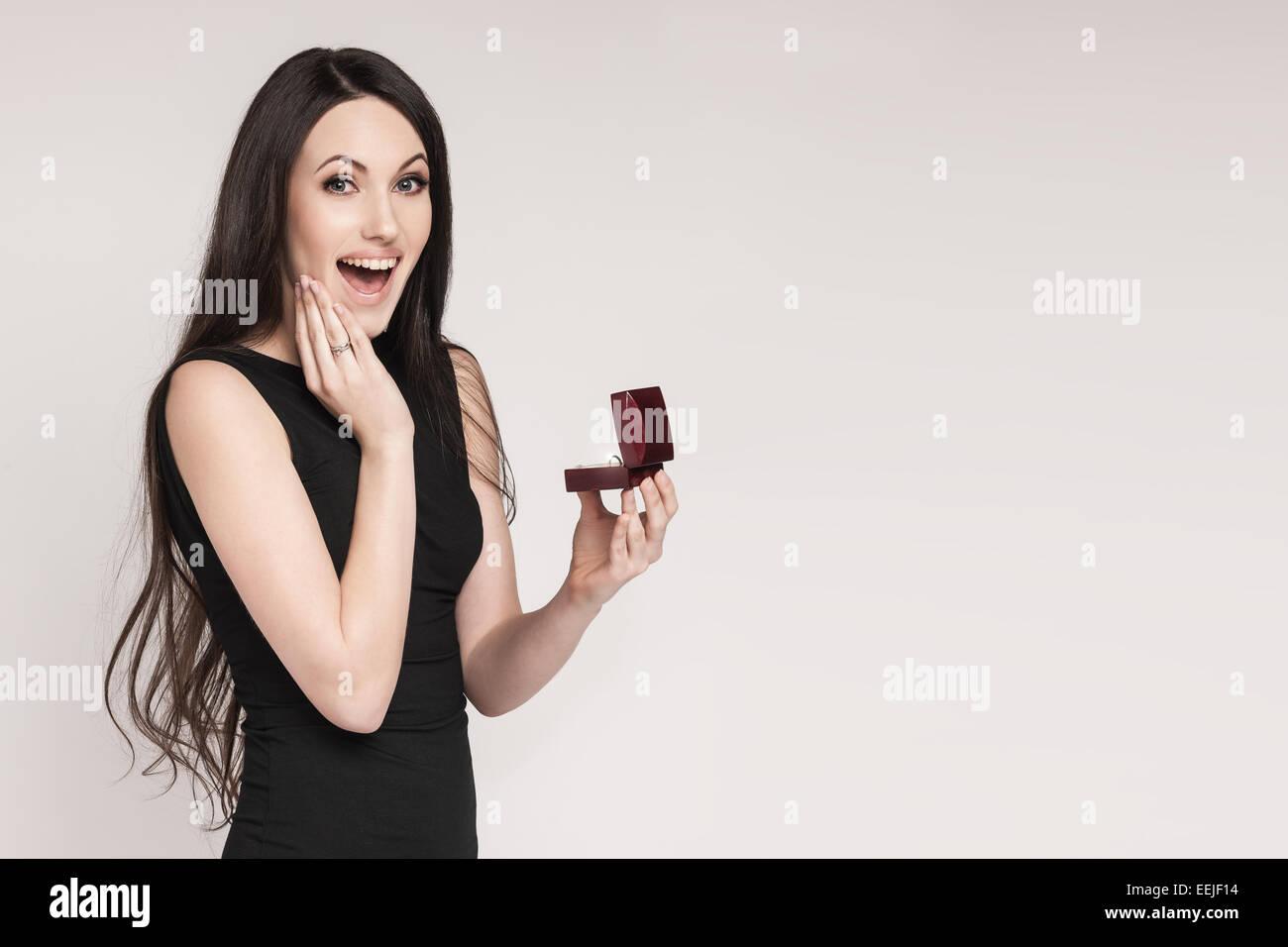 Schone Frau Mit Schmuck Box Mit Einem Verlobungsring In Ihm