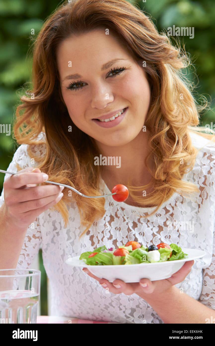 Teenager-Mädchen essen gesunde Schale mit Salat Stockbild
