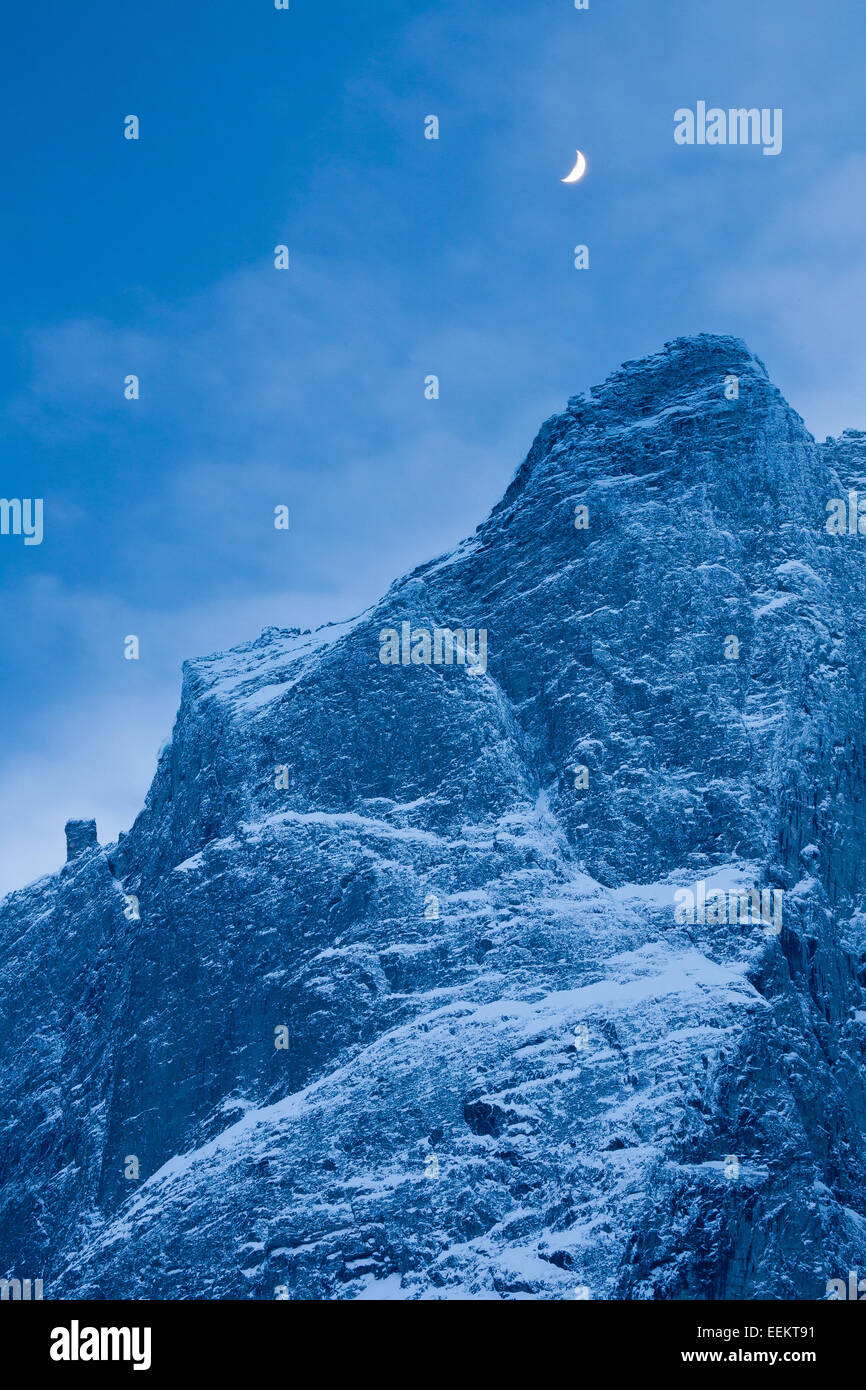 Mond über Trollryggen im Tal Romsdalen, Rauma Kommune, Møre Og Romsdal Fylke, Norwegen. Stockbild