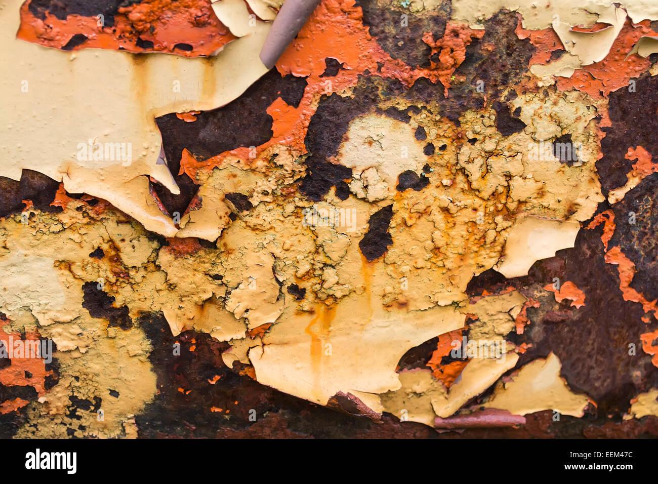 Abgeplatzte Farbschichten auf rostigen metallischen Oberfläche, Hintergrund Stockbild