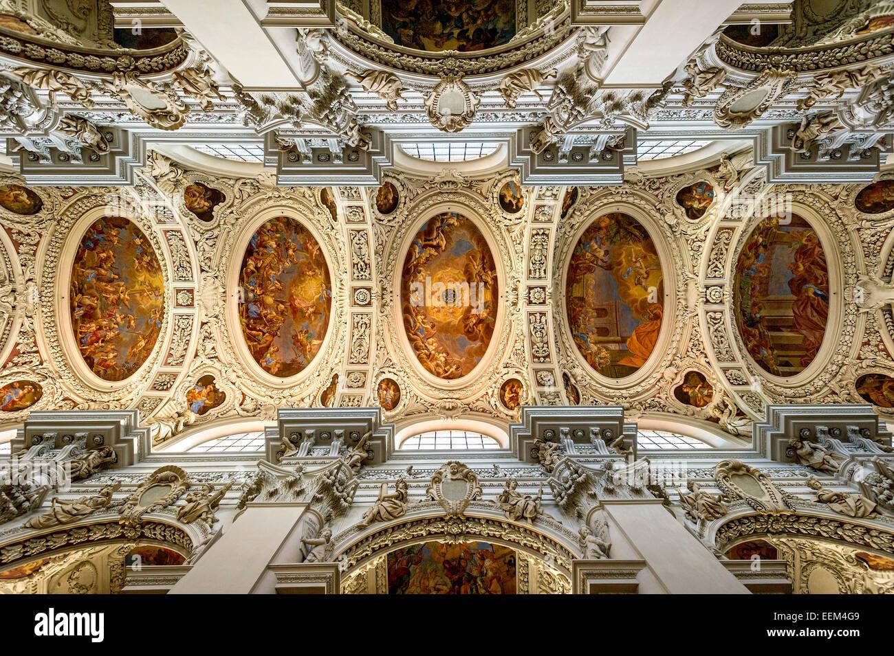 Stuck und Fresken im Kirchenschiff, barocke St.-Stephans Kathedrale, Passau, untere Bayern, Bayern, Deutschland Stockfoto