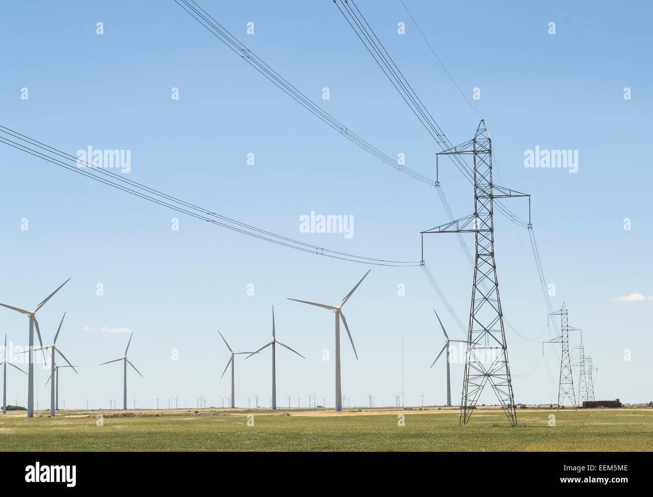 Wind-Turbine-Netzwerk mit Leitungen und Strommasten Infrastruktur zur Verteilung von elektrischer Energie Stockbild