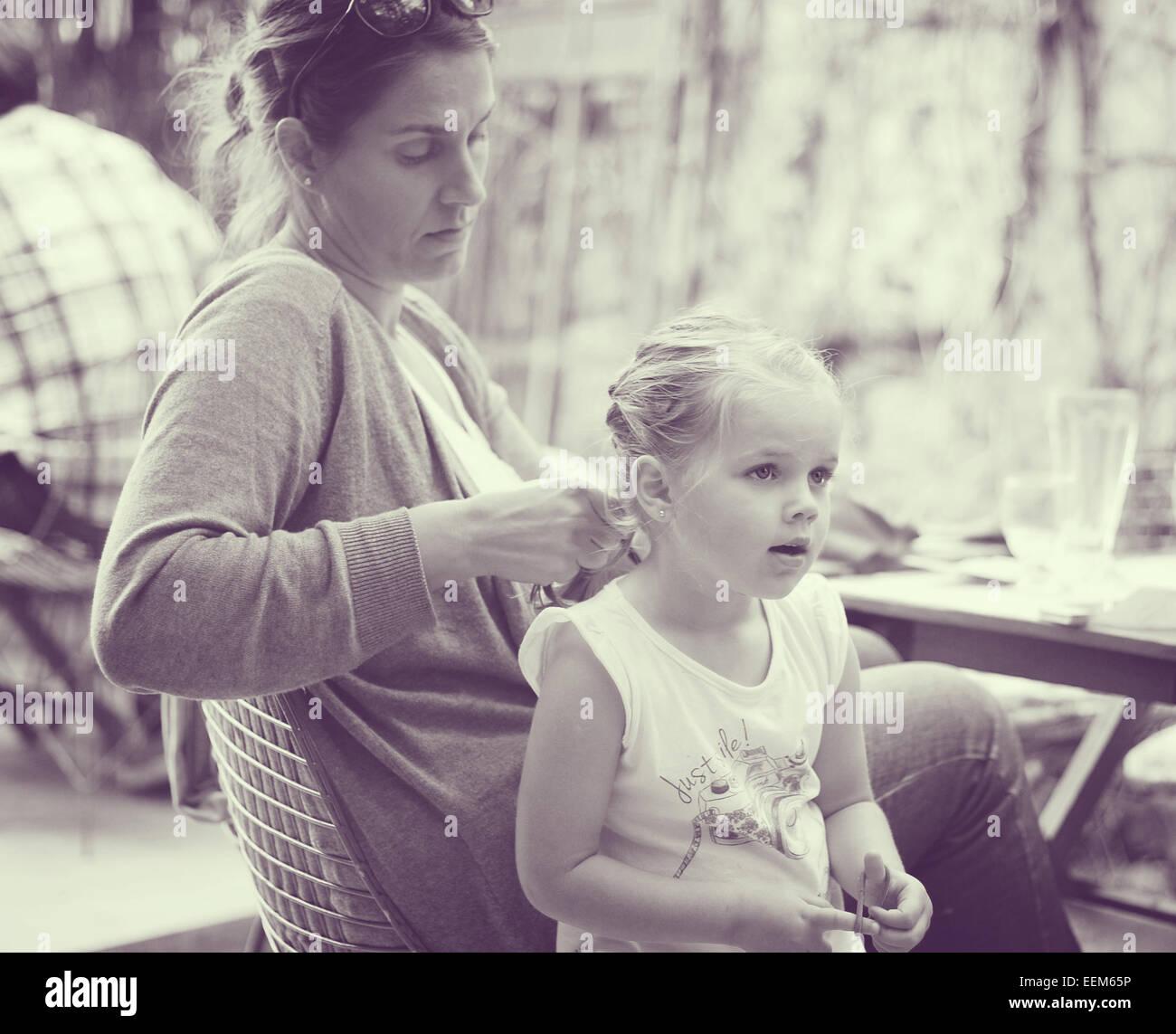 Haare flechten Tochter Mutter Stockbild