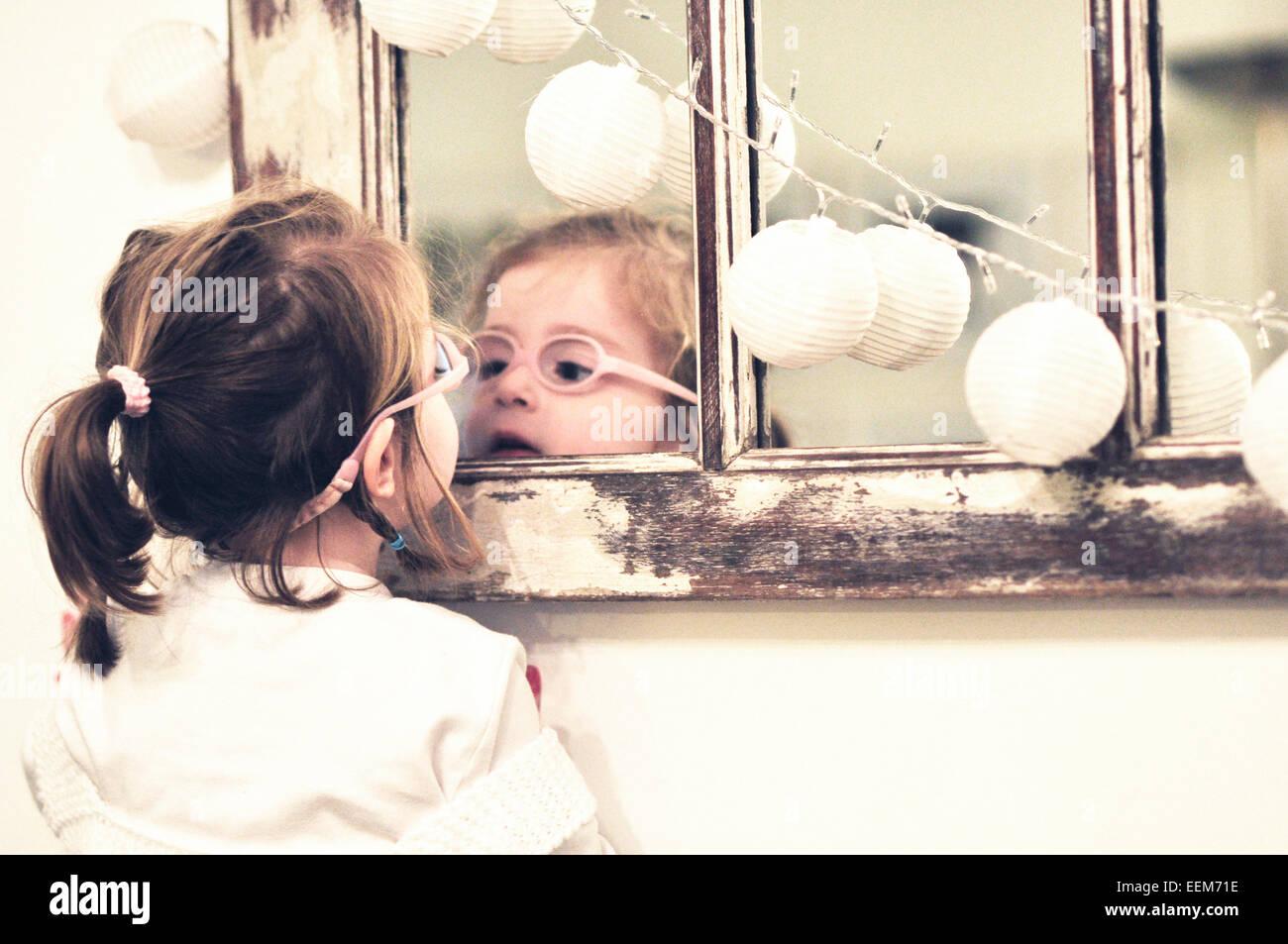 Mädchen (2-3) in Spiegel Stockbild
