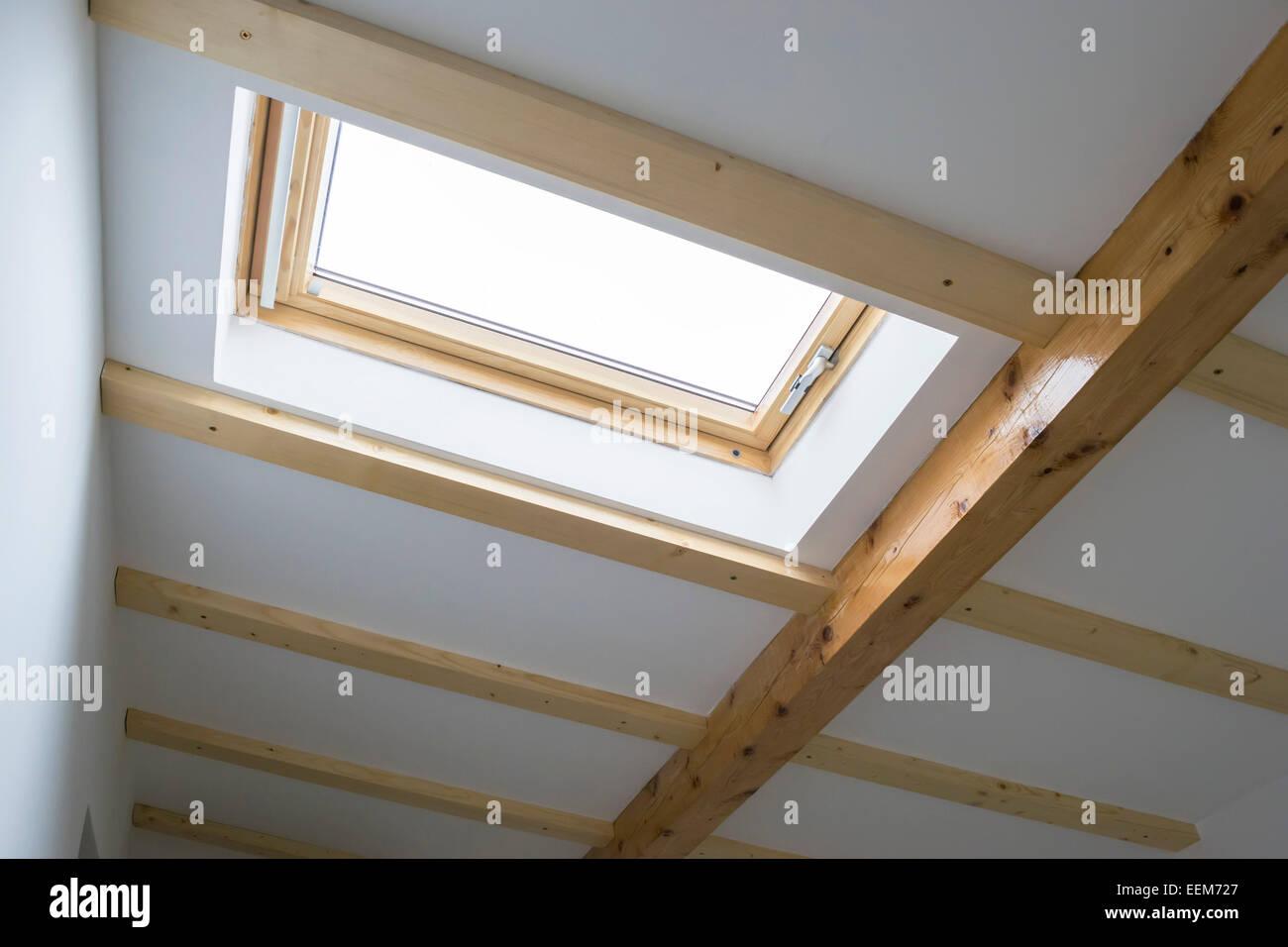Oberlicht installiert auf dem Dach von einem Haus Dachboden für Beleuchtung und Belüftung, Innenansicht Stockbild