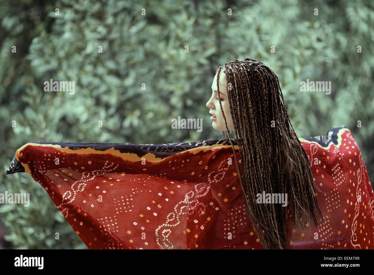 Junge Frau tanzt mit Schal Stockbild